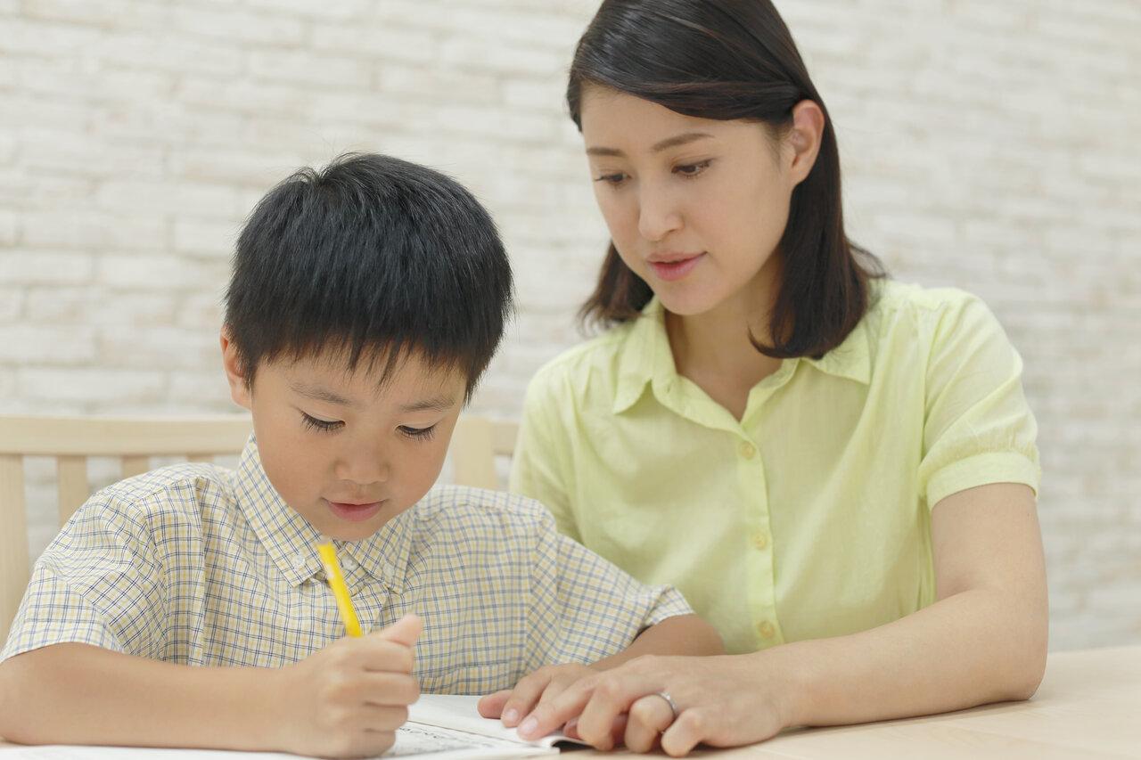 """「子どものため」と願う気持ちは同じでも、熱心でOKな親と、やりすぎアラートが出る親の違いとは。<br> <small class=""""font-small"""">写真:アフロ</small>"""