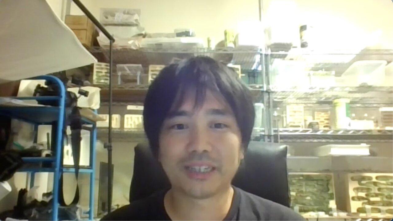 """島田さんさんの背後には、飼育キットの「蟻マシーン」が。このなかで、たくさんのアリが生活しています。  <small class=""""font-small"""">ZOOM取材にて</small>"""
