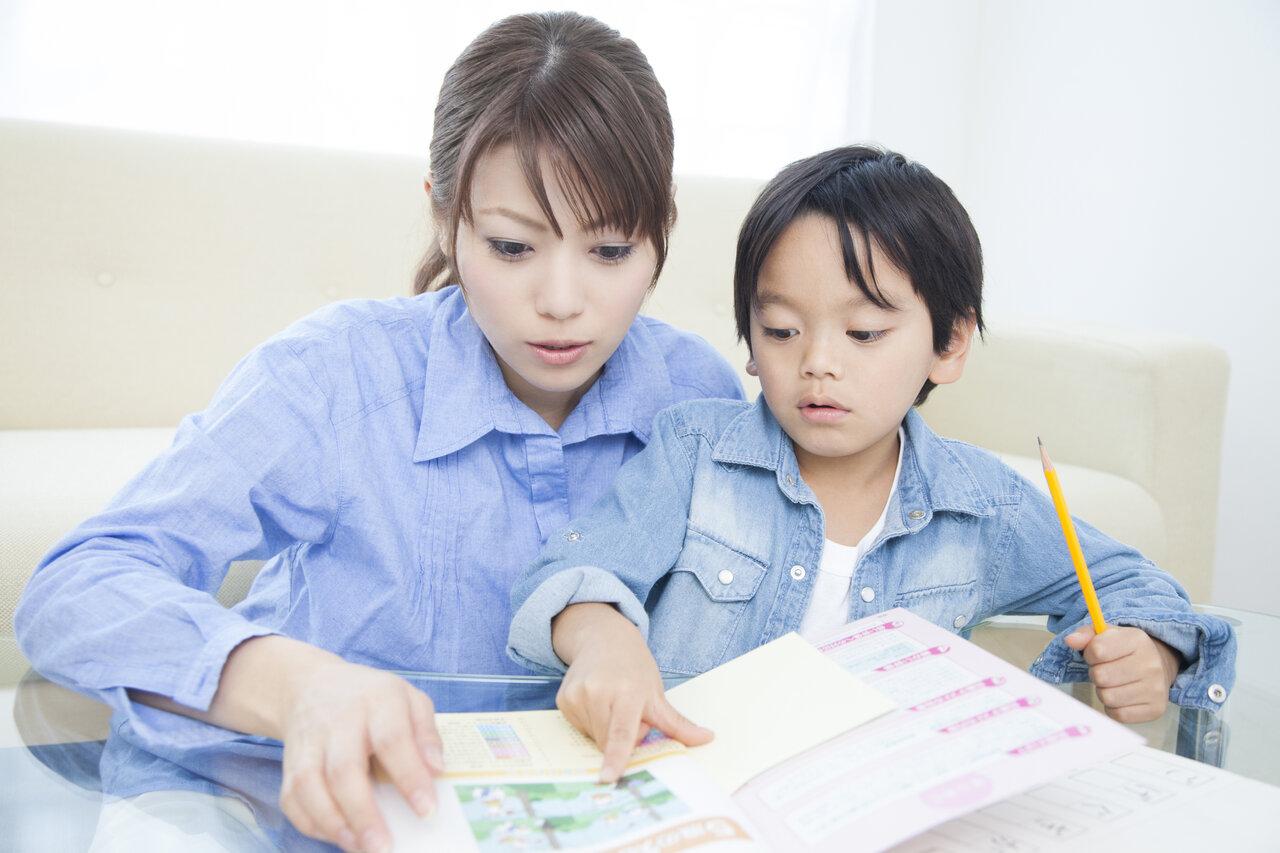 自由研究、感想文、いろいろな夏休みの宿題も追い込みに。パパ、ママも手伝い(?)に巻き込まれがちですね。  写真:Paylessimages/イメージマート