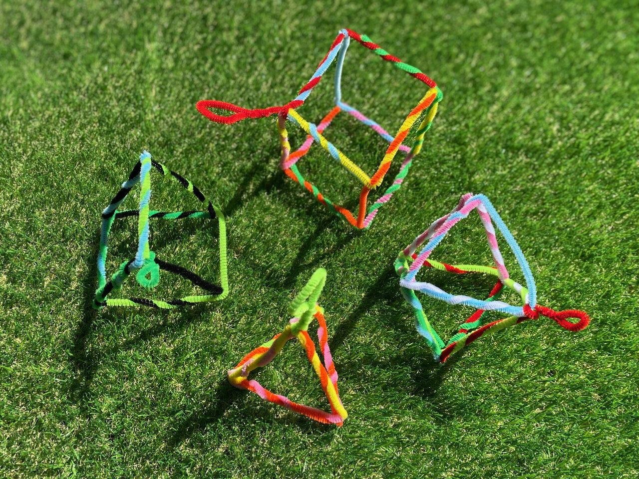 上から時計まわりに、立方体、正八面体、三角すい(正四面体)、三角柱。この他にも、いろいろな形をつくってみよう。撮影:Yuchi