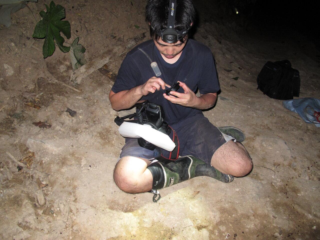 """南米ペルーでグンタイアリの行列を撮影しようとしている島田さん。  <small class=""""font-small"""">写真提供:島田拓</small>"""