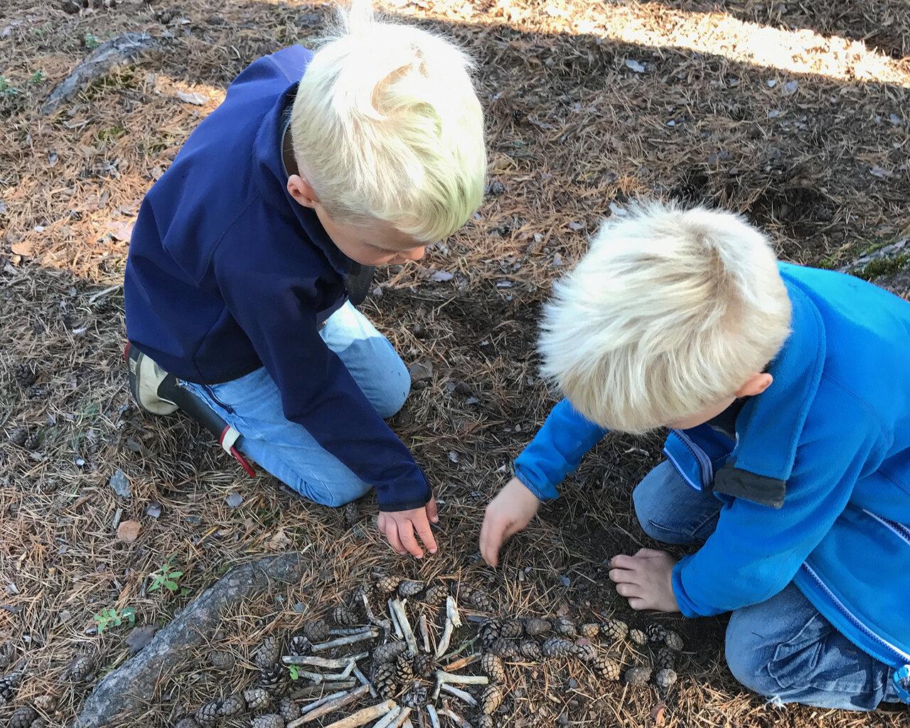 """枝や木の実でマンダラを作って遊ぶスウェーデンの子供たち。<br> <small class=""""font-small"""">写真提供:高見幸子</small>"""