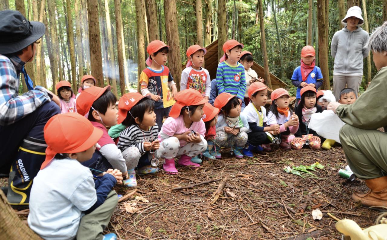 """教室の最後には、森の妖精ムッレに扮したリーダーが登場。真剣に話を聞く日本の子どもたち。<br> <small class=""""font-small"""">写真提供:日本野外生活推進協会</small>"""
