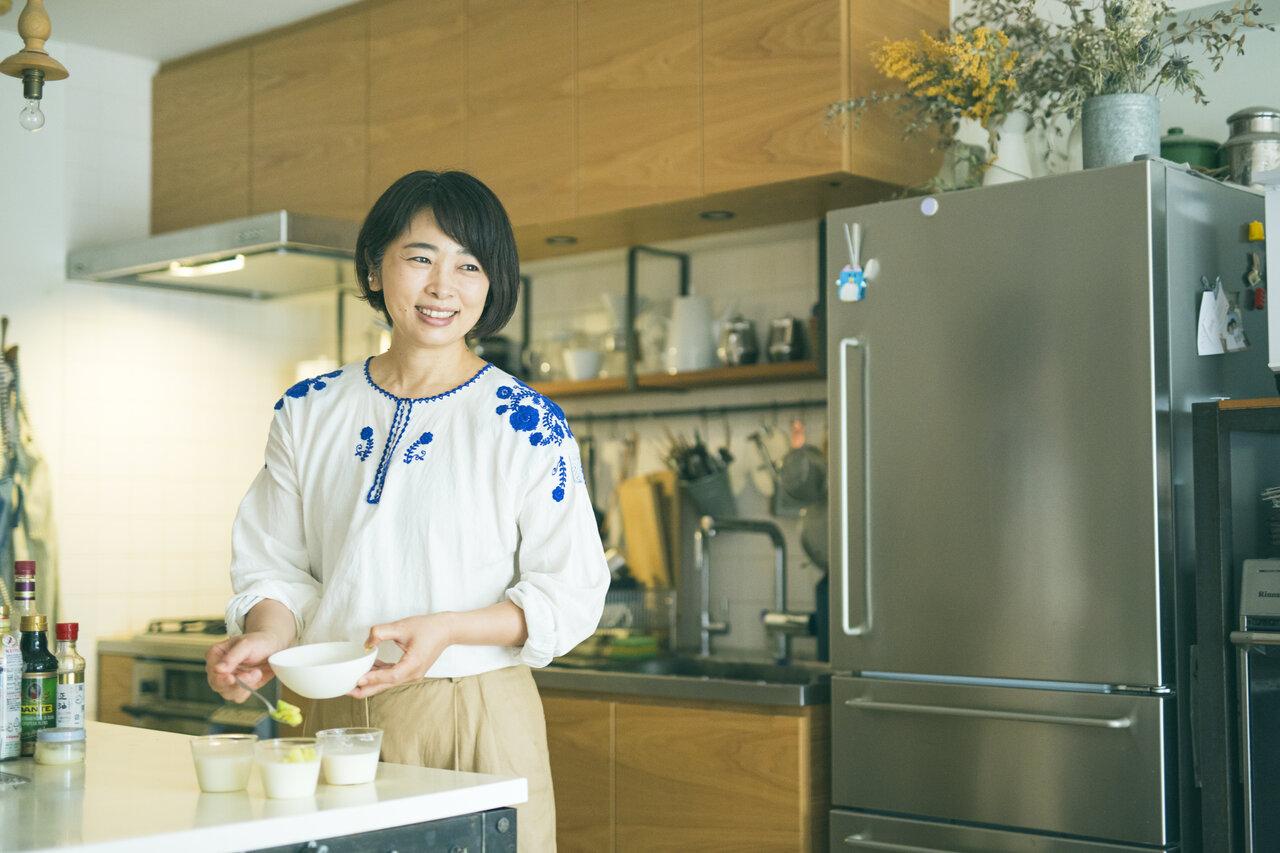 料理番組でも人気の近藤さん。『調味料ひとつでラクうまごはん』(PHP研究所)をはじめ、少ない材料・調味料で作れるシンプルなレシピが評判です。<br> 写真:深澤慎平