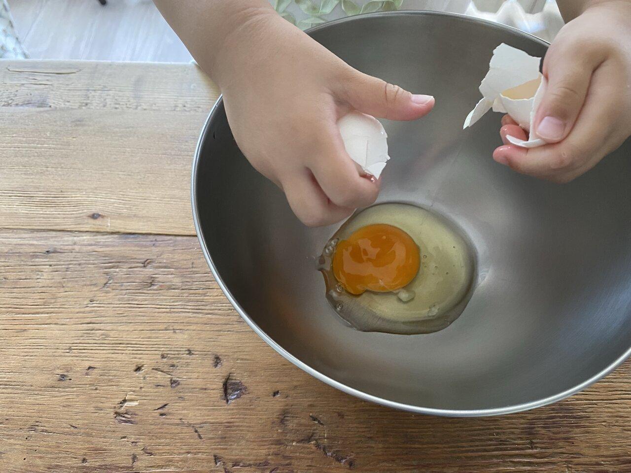 卵割りがずいぶん上手になりました。「あー、黄身が割れちゃったー(涙)」。でも、殻は入らなかったので合格!
