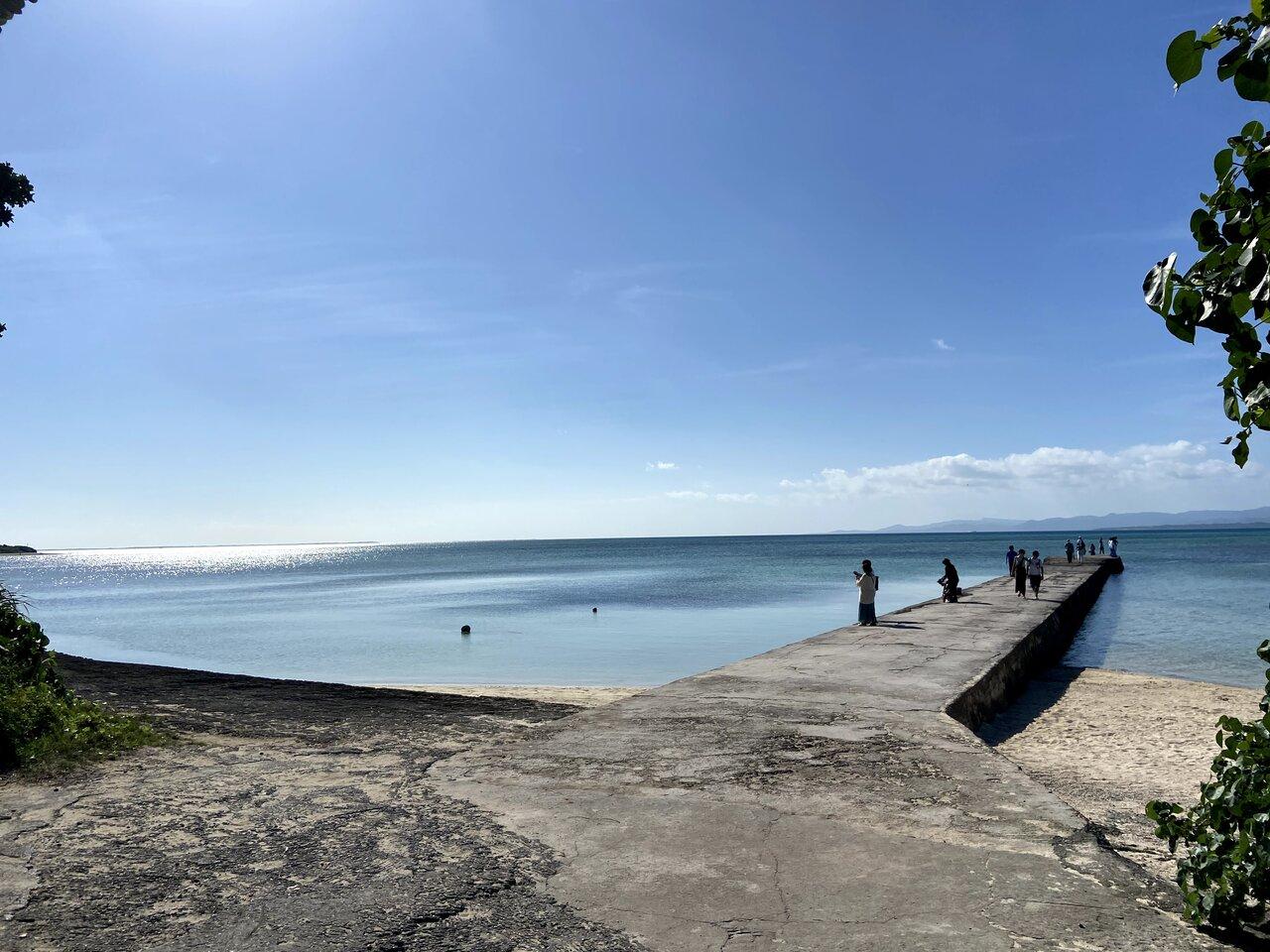 もずく採りに行った西桟橋。国の登録有形文化財に登録されています。海に向かって伸びる桟橋は夕日の名所として人気。かつては西表島へ渡るために使われていました。  写真提供:片岡由衣