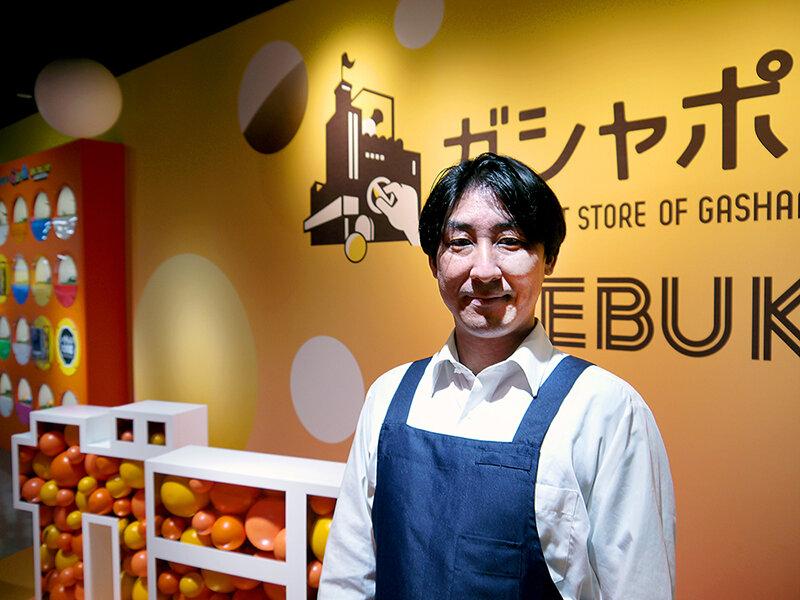 『ガシャポンのデパート 池袋総本店』支配人の鶴田友亮さん。<br> 写真:エビス_セイキ