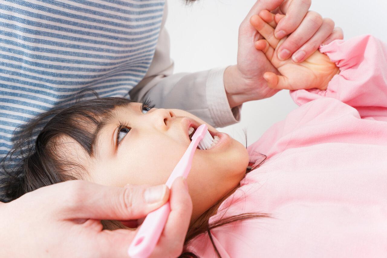 大人の仕上げ磨きも子どもの歯を守る大切なポイントのひとつです。  写真:アフロ
