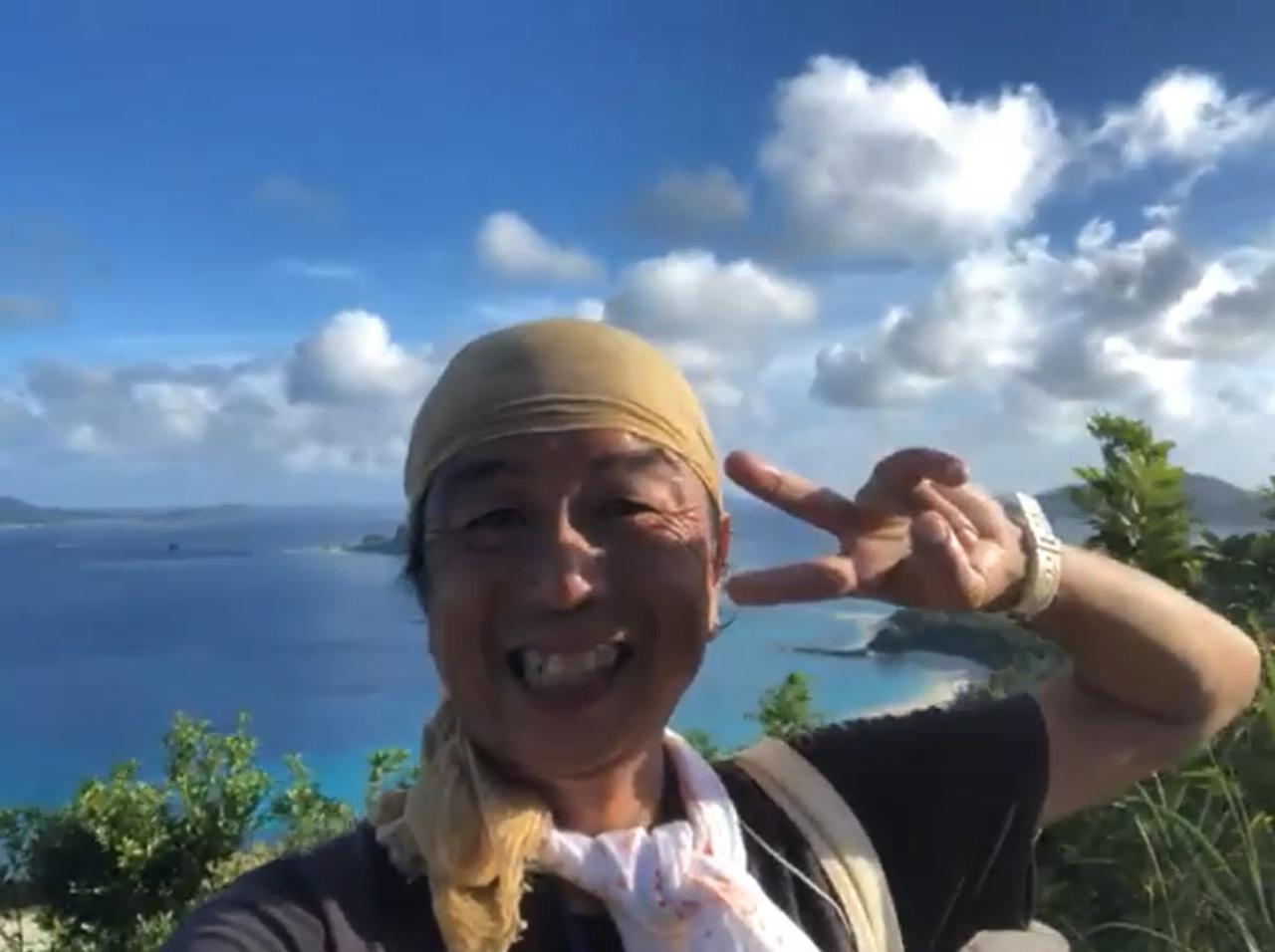 """愛知県出身、座間味島在住28年の大坪弘和さん、愛称""""つぼっち""""。チョウや、は虫類にスポットを当てたツアー、動画や写真を使ったクジラガイド等、約10本のオンラインツアーを実施中。"""