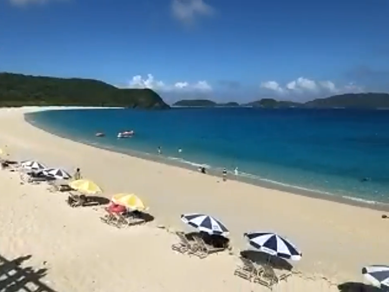 磯の香りがしないというビーチ。「あれは、海面に浮かんでいたり、砂浜に打ちあがったりした海藻のにおいなんです。ここには海藻がありませんから」(大坪さん)