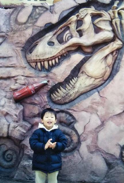 幼少期、恐竜大好きな菊池少年。