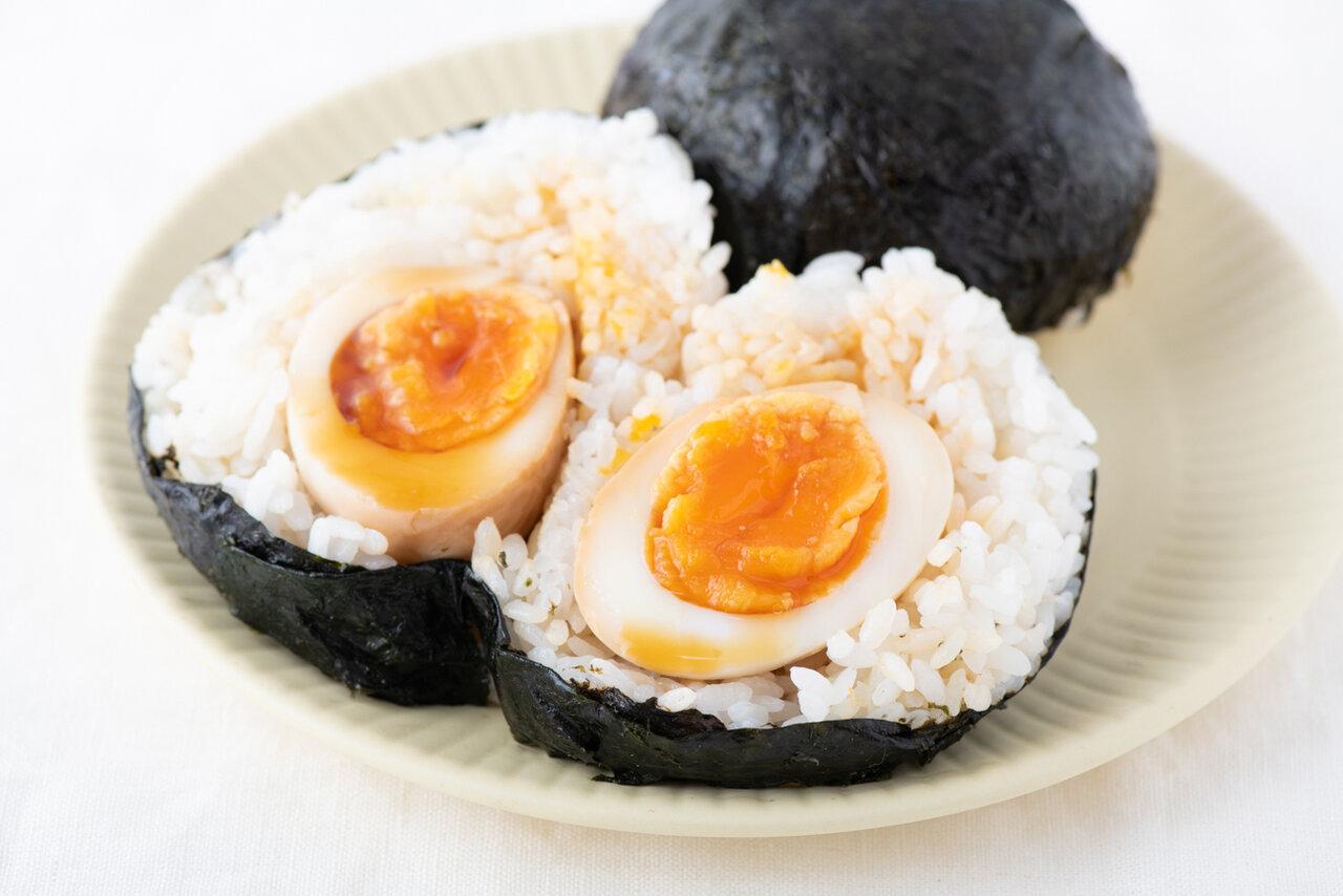 卵が丸ごと1個入ったおにぎりは、食べ応えもバッチリです。<br> 撮影:森﨑一寿美