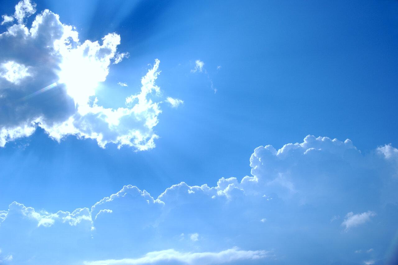 """空が青く見えるのには、「太陽の光」と「空気」が関係している。<br> <small class=""""font-small"""">写真:アフロ</small>"""