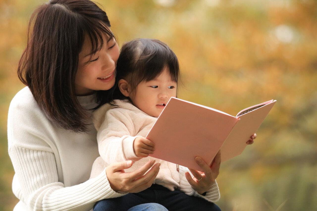 外で読書するにも最適な秋。子どもと一緒に、ときにはひとりで、ゆったりとした時間が過ごせる3冊の絵本を紹介します。<br> 写真:アフロ
