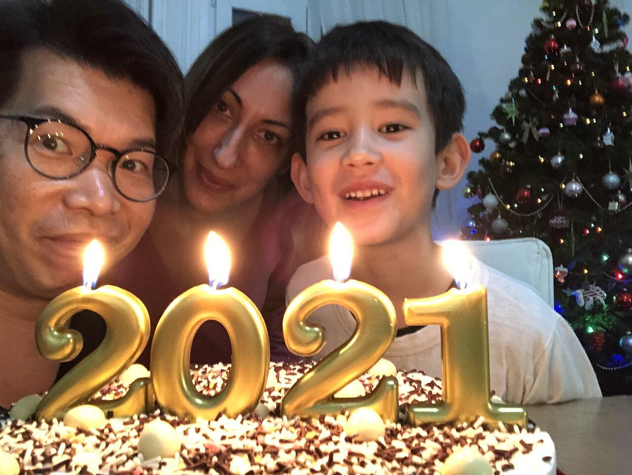 富永一家のみなさん。左からパパ・正明さん、ママ・マリヤさん、息子・ステファンくん。  <br> 写真提供:富永正明