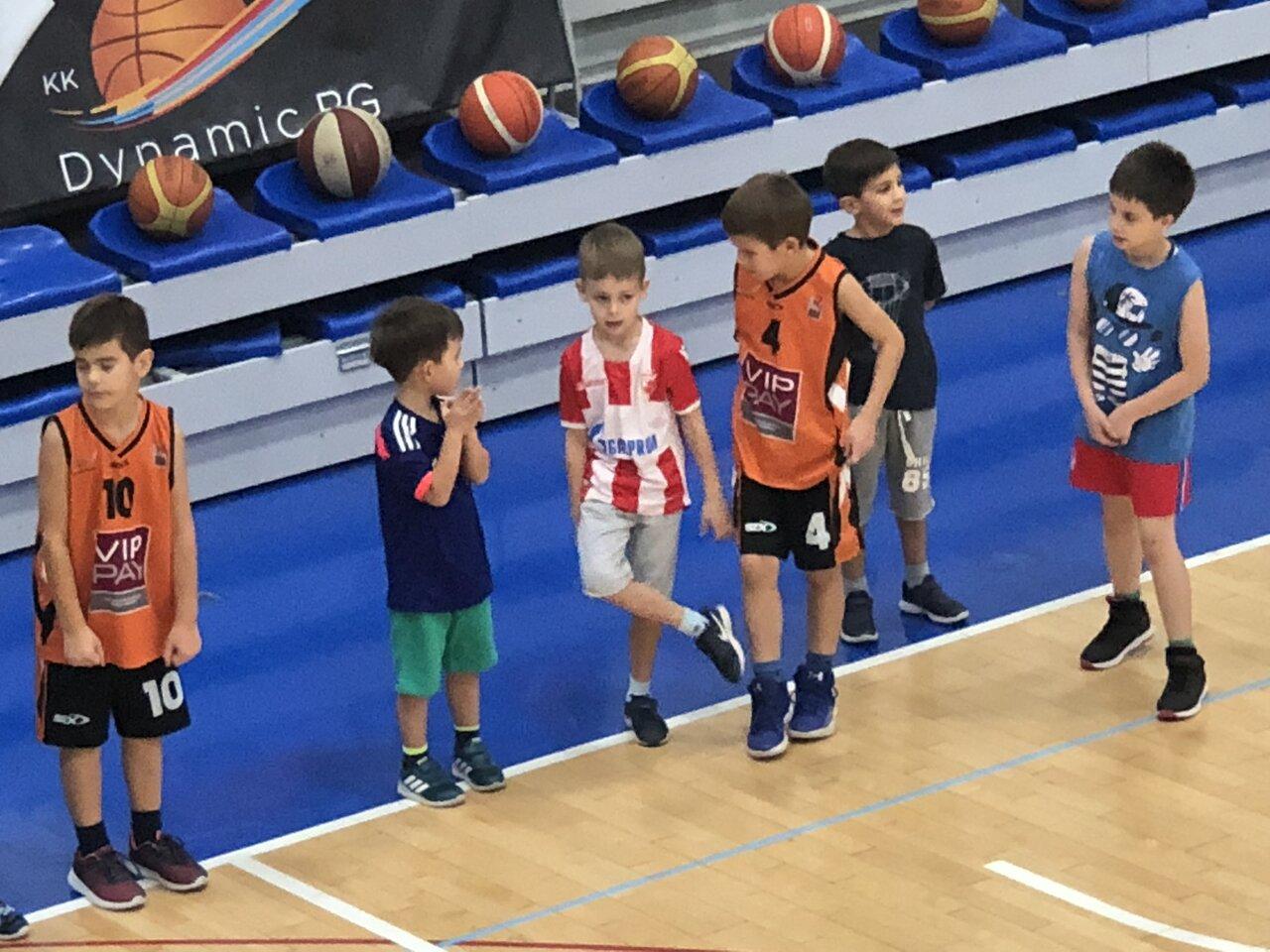 キッズ向けスポーツ教室にて、バスケットボールを習うステファンくん。  <br> 写真提供:富永正明