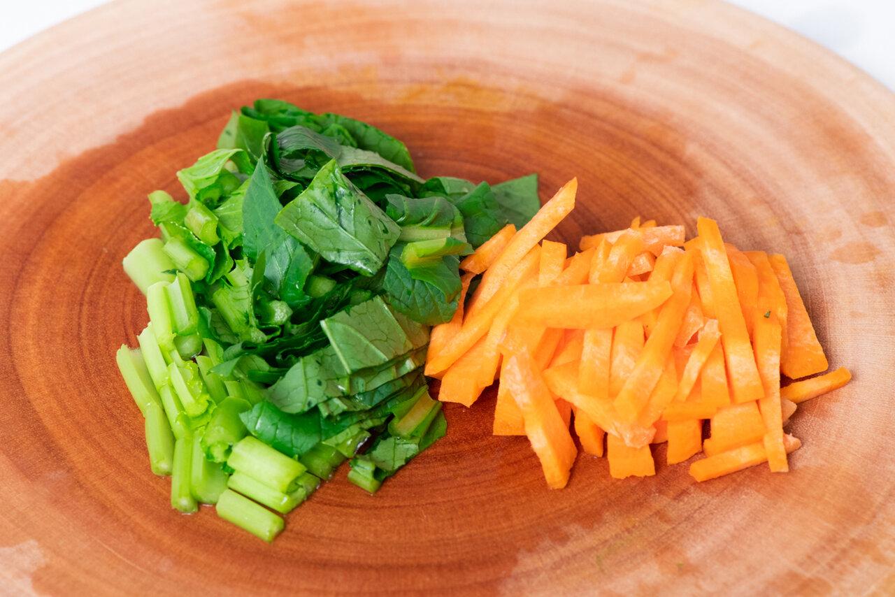 ①小松菜は2㎝幅に切り、にんじんは2~3㎝長さの細切りにする。<br> 撮影:森﨑一寿美