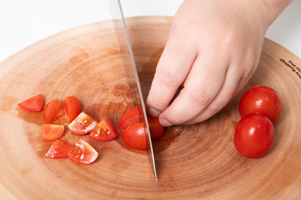 ①プチトマトを小さく切る。<br> 撮影:森﨑一寿美